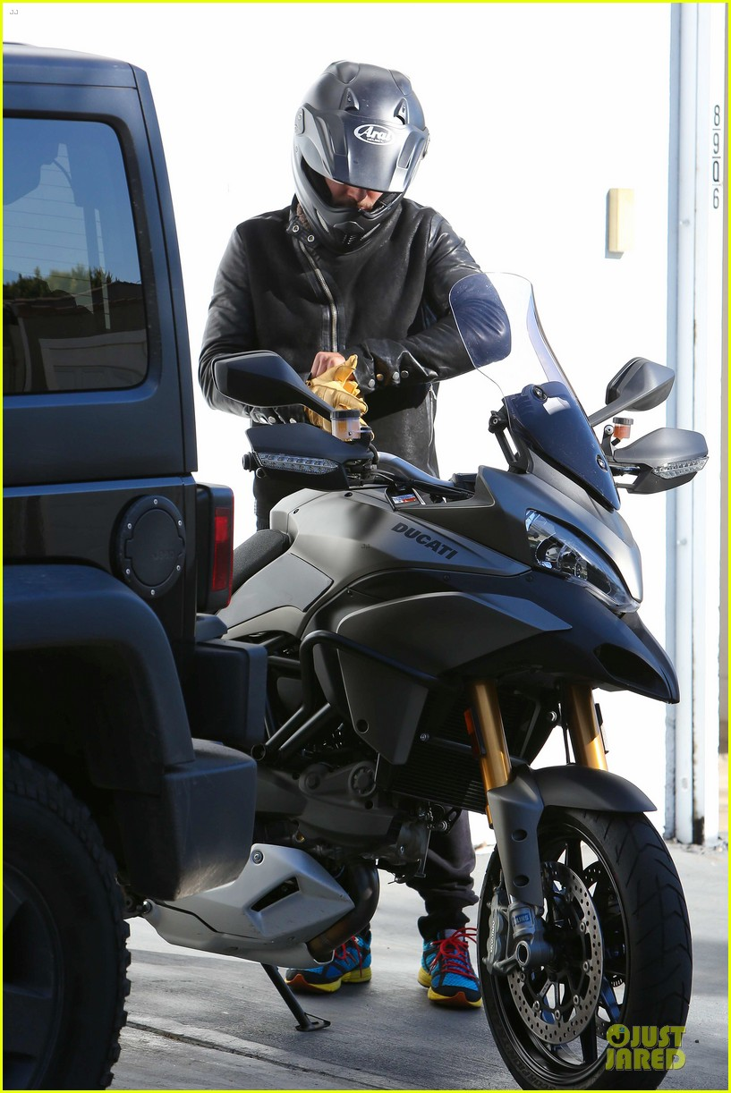 orlando bloom motorcycle ride to the gym 10