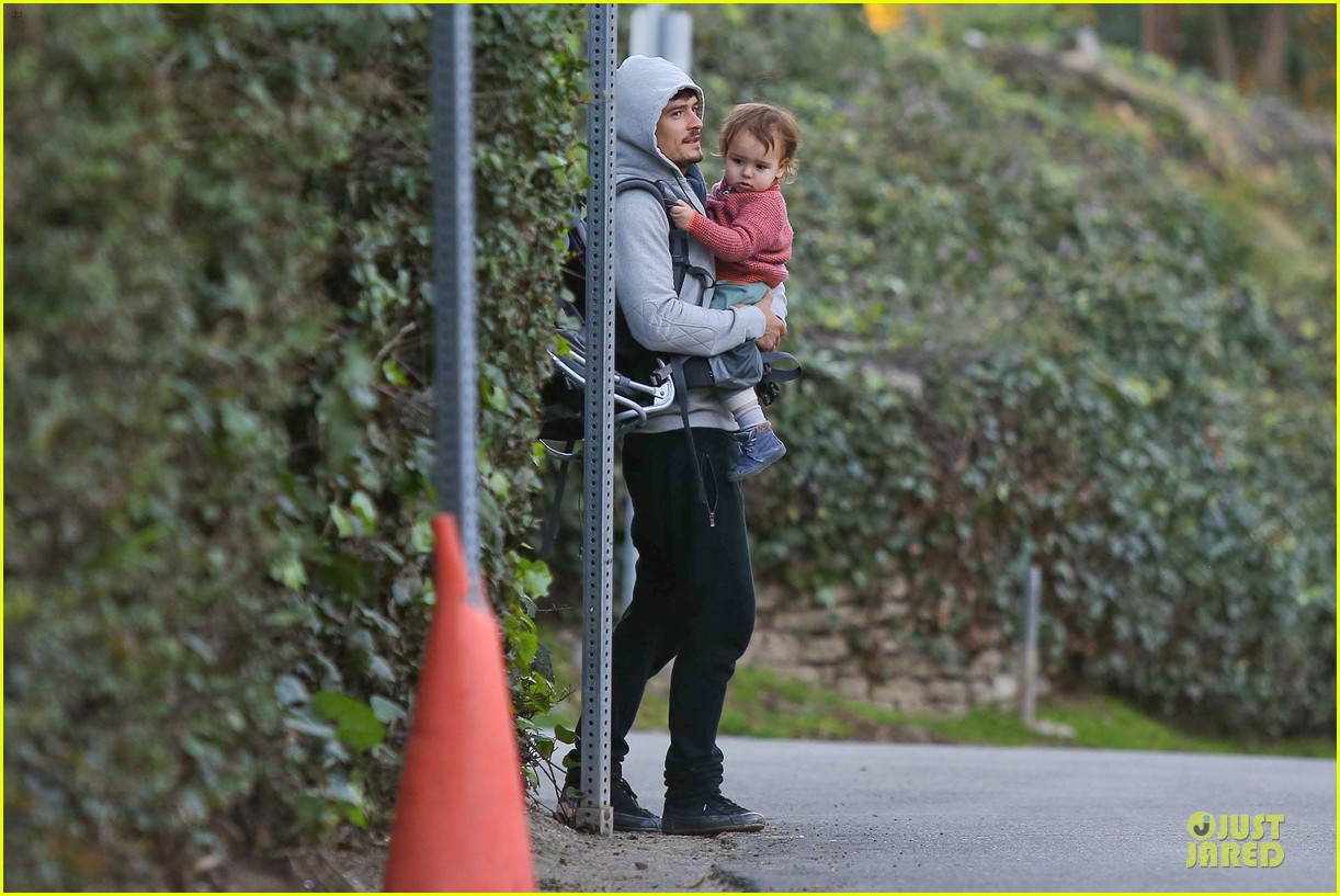 orlando bloom walks home with flynn 07