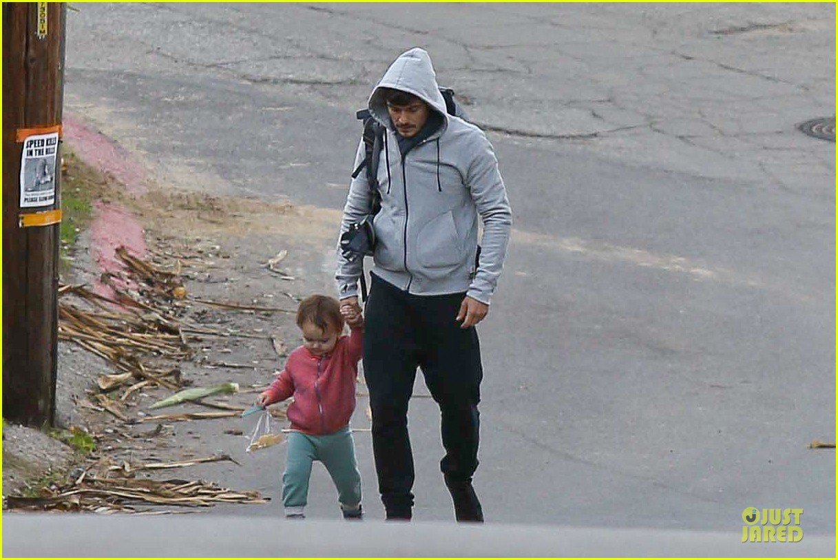 orlando bloom walks home with flynn 092784114