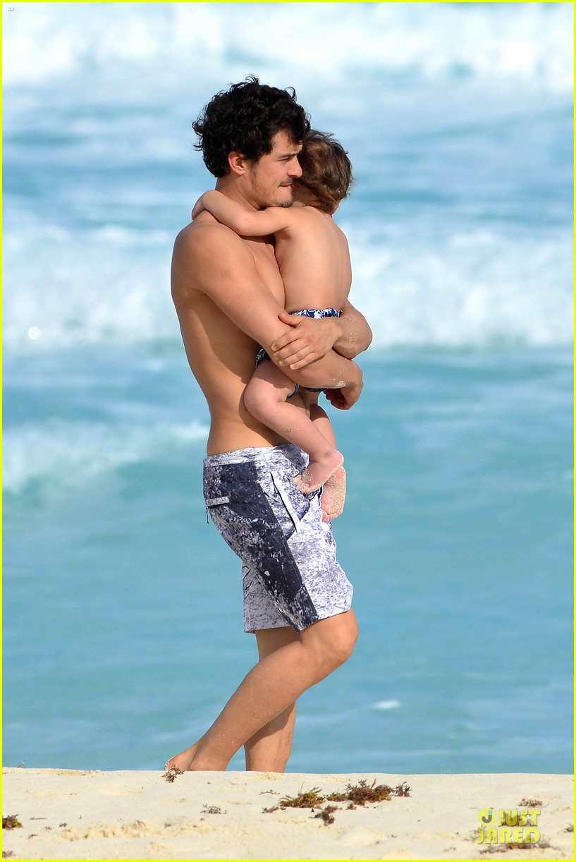 orlando bloom beach waves with flynn 012800873