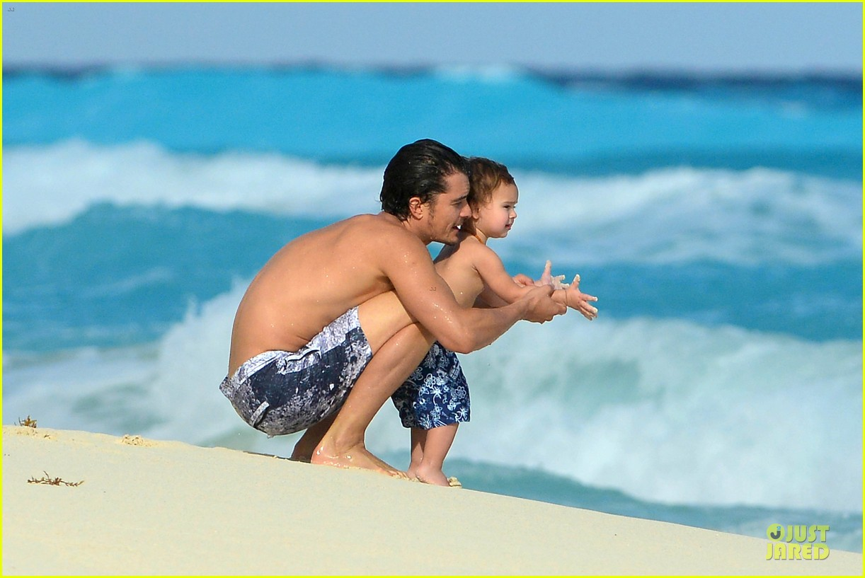 orlando bloom beach waves with flynn 022800874