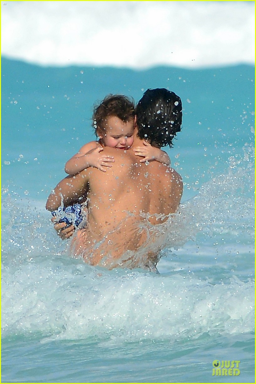 orlando bloom beach waves with flynn 042800876