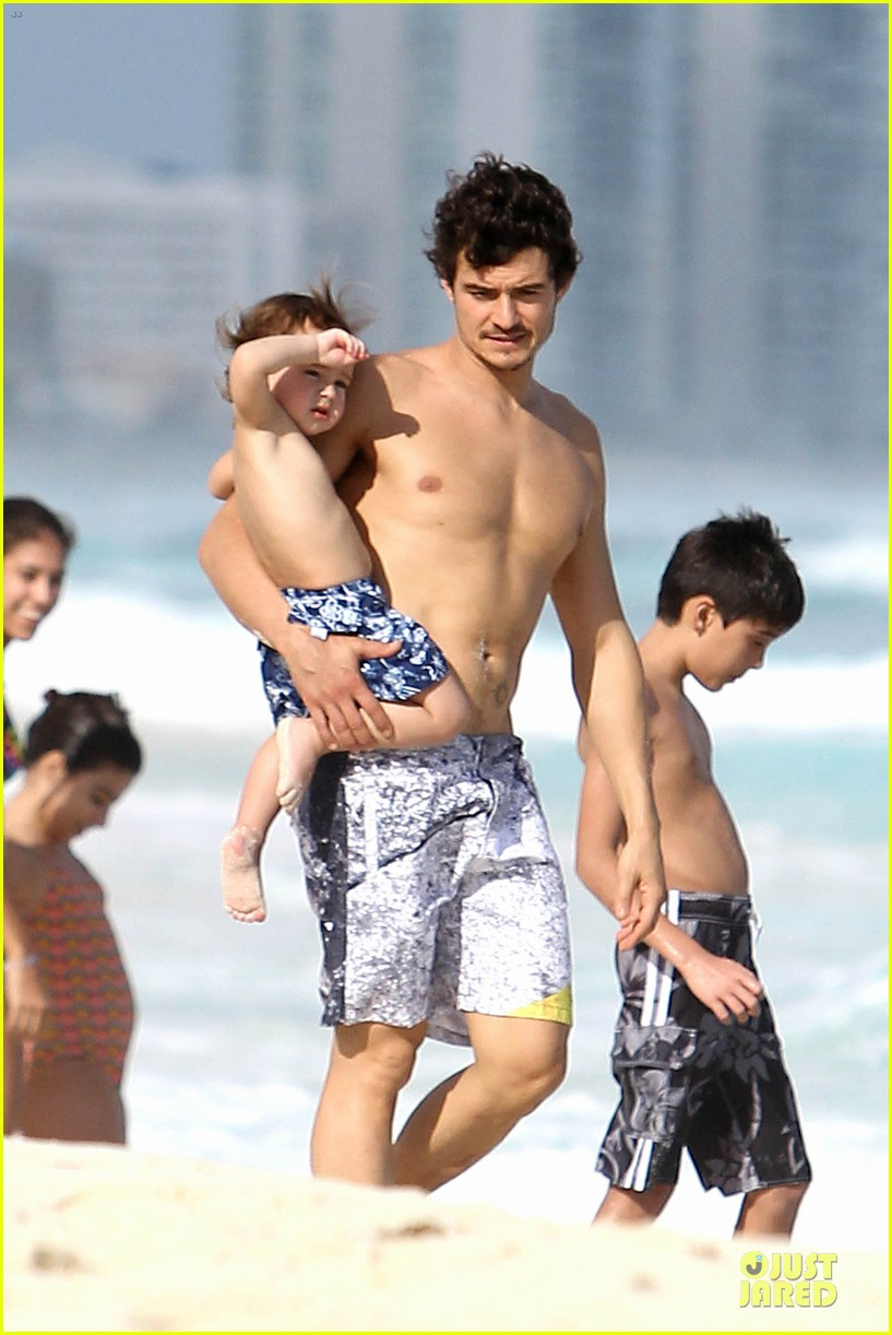 orlando bloom beach waves with flynn 062800878