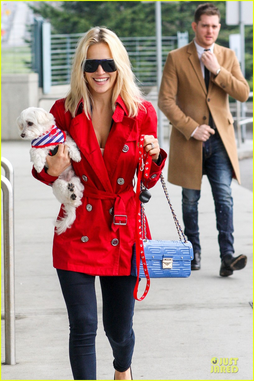 michael buble & luisana lopilato yvr airport departure with pet pooch simon 022785042