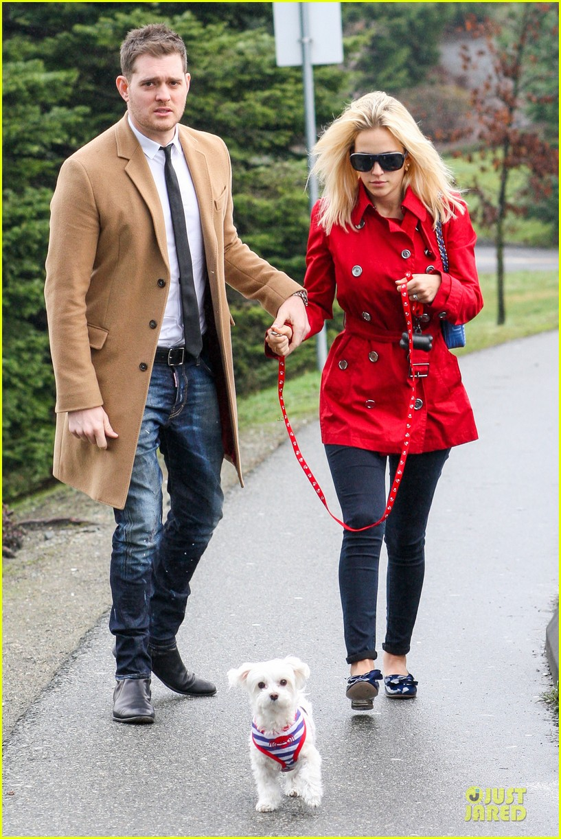 michael buble & luisana lopilato yvr airport departure with pet pooch simon 032785043