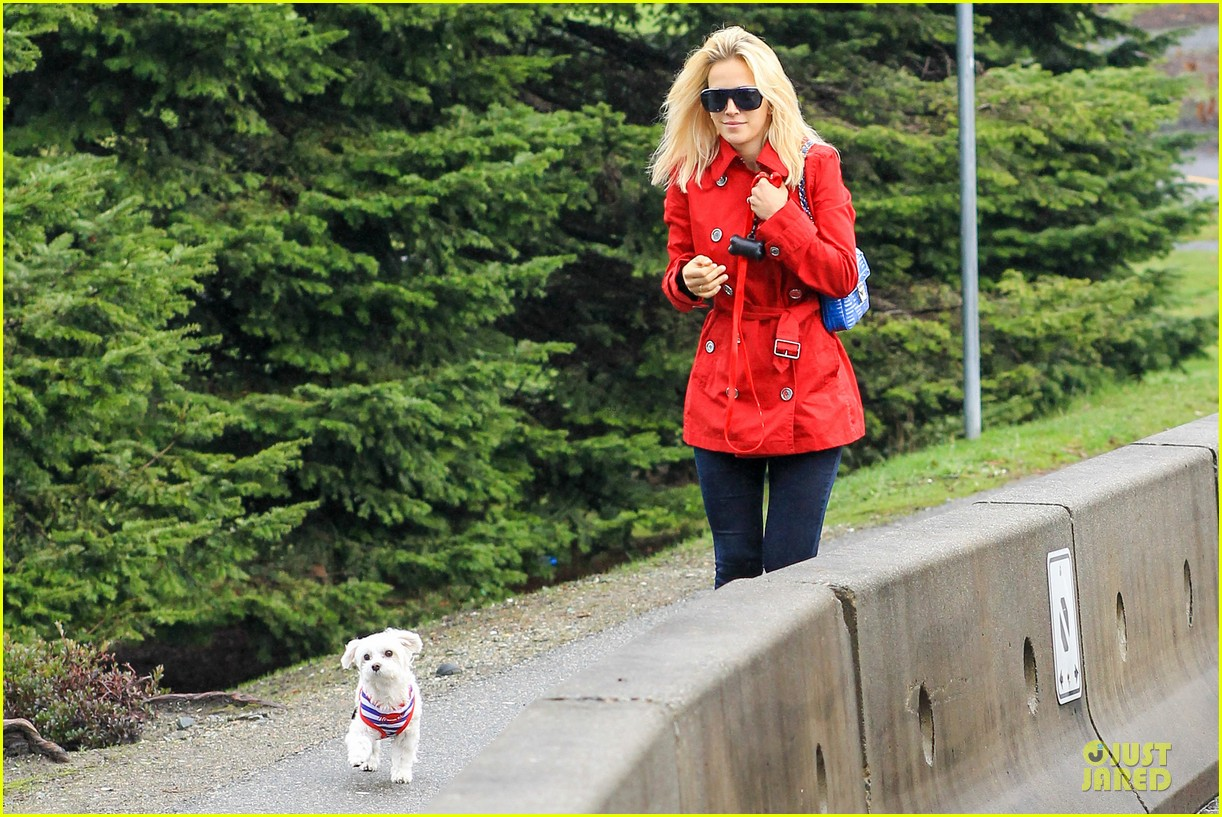 michael buble & luisana lopilato yvr airport departure with pet pooch simon 14