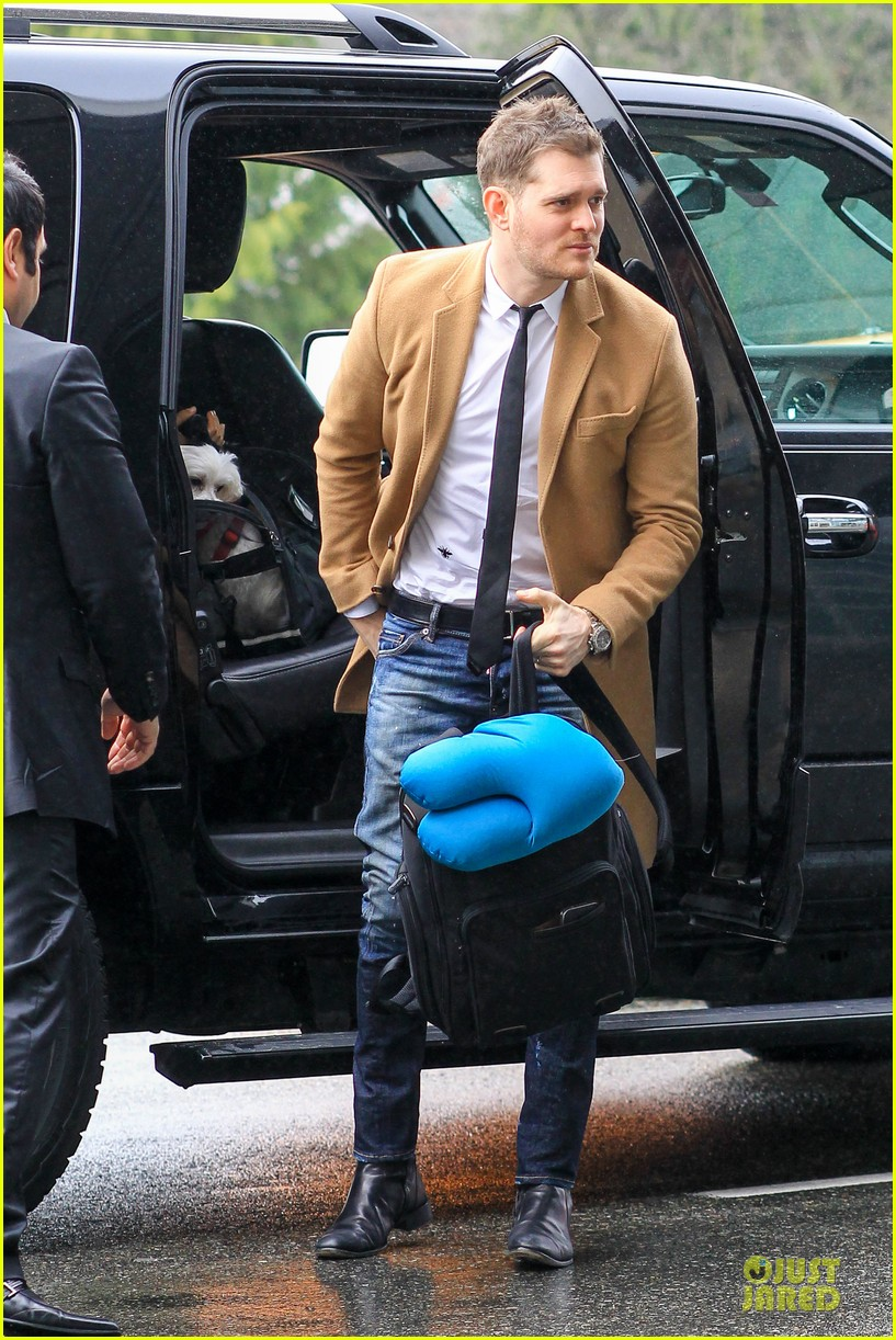 michael buble & luisana lopilato yvr airport departure with pet pooch simon 15