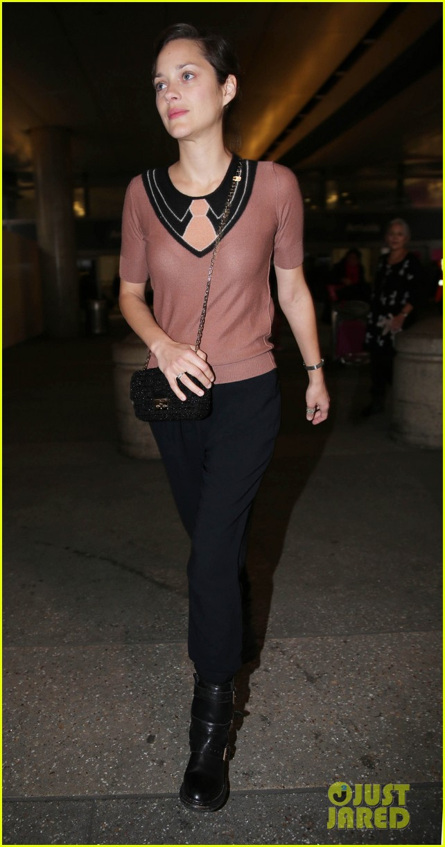 marion cotillard los angeles landing with marcel 01