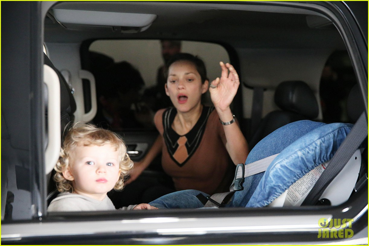 marion cotillard los angeles landing with marcel 092788303