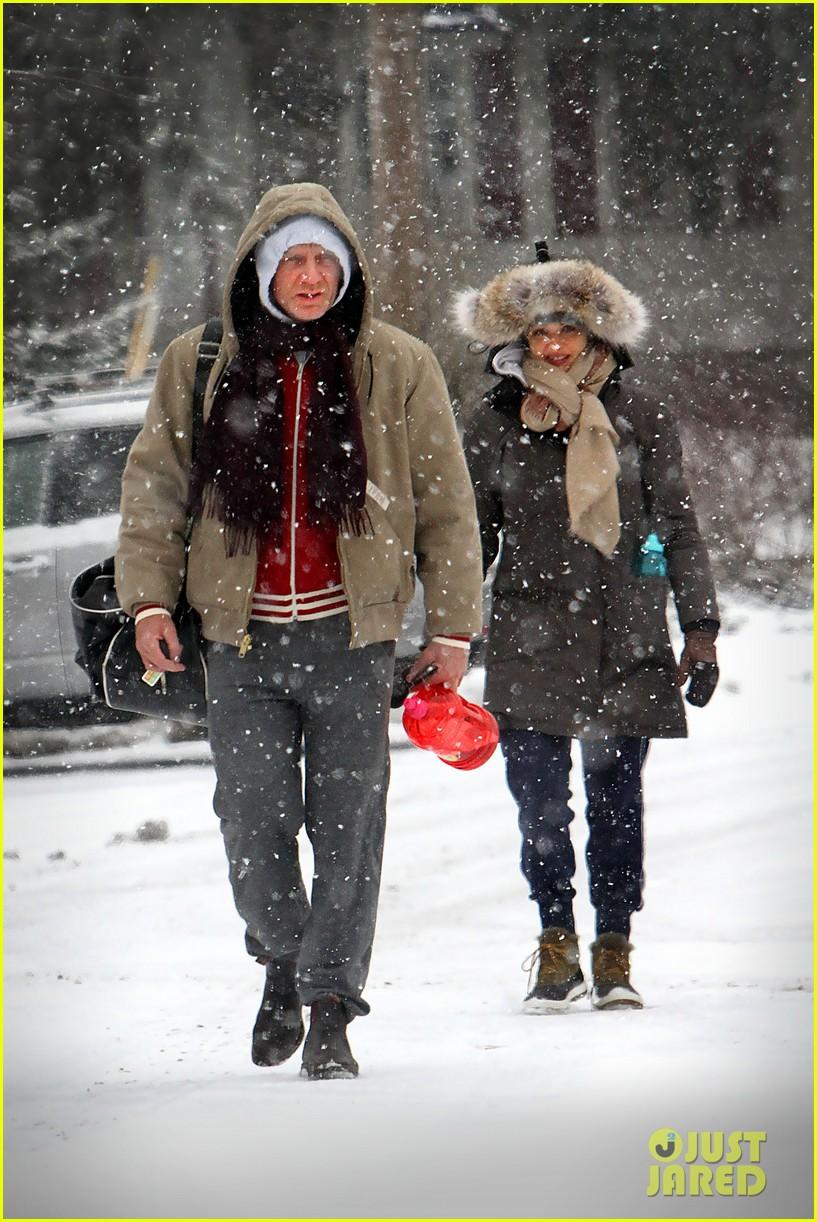 daniel craig rachel weisz snowy stroll in nyc 012800261