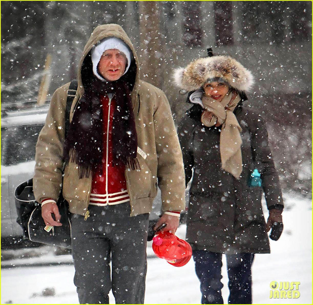 daniel craig rachel weisz snowy stroll in nyc 032800263