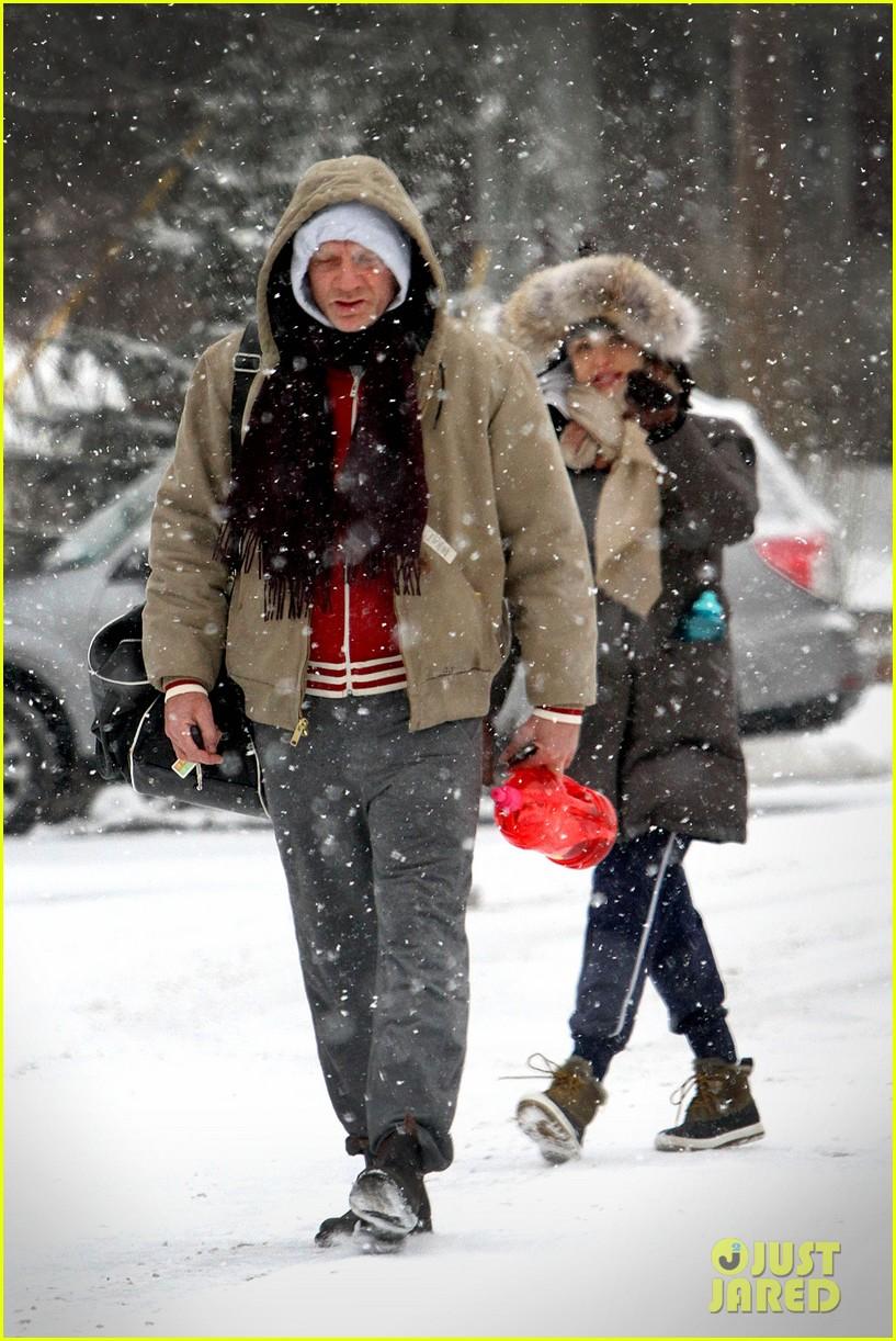 daniel craig rachel weisz snowy stroll in nyc 05