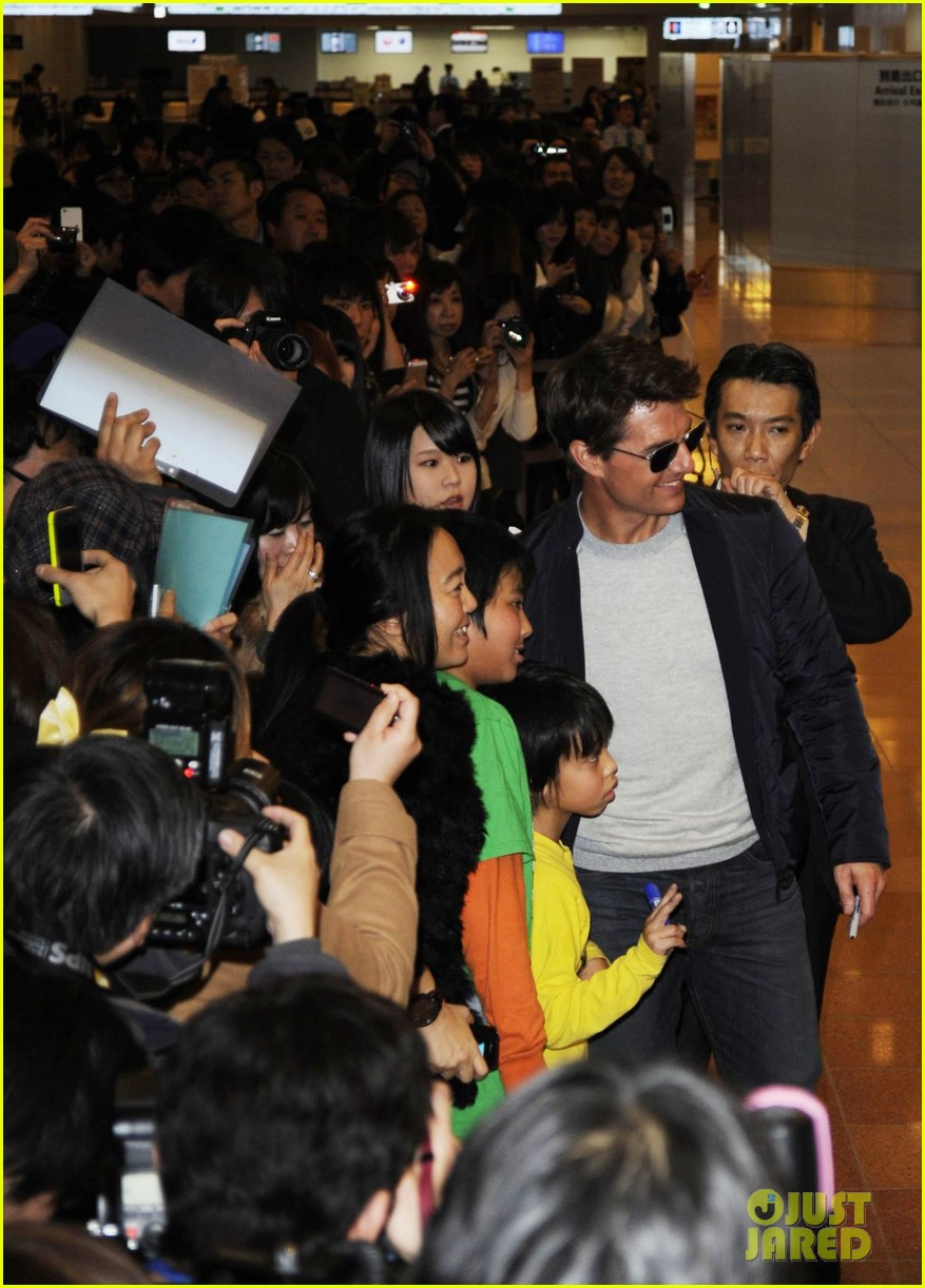 tom cruise warm welcome in tokyo 022787109