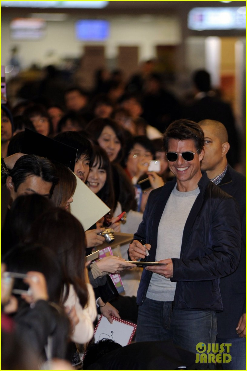 tom cruise warm welcome in tokyo 042787111