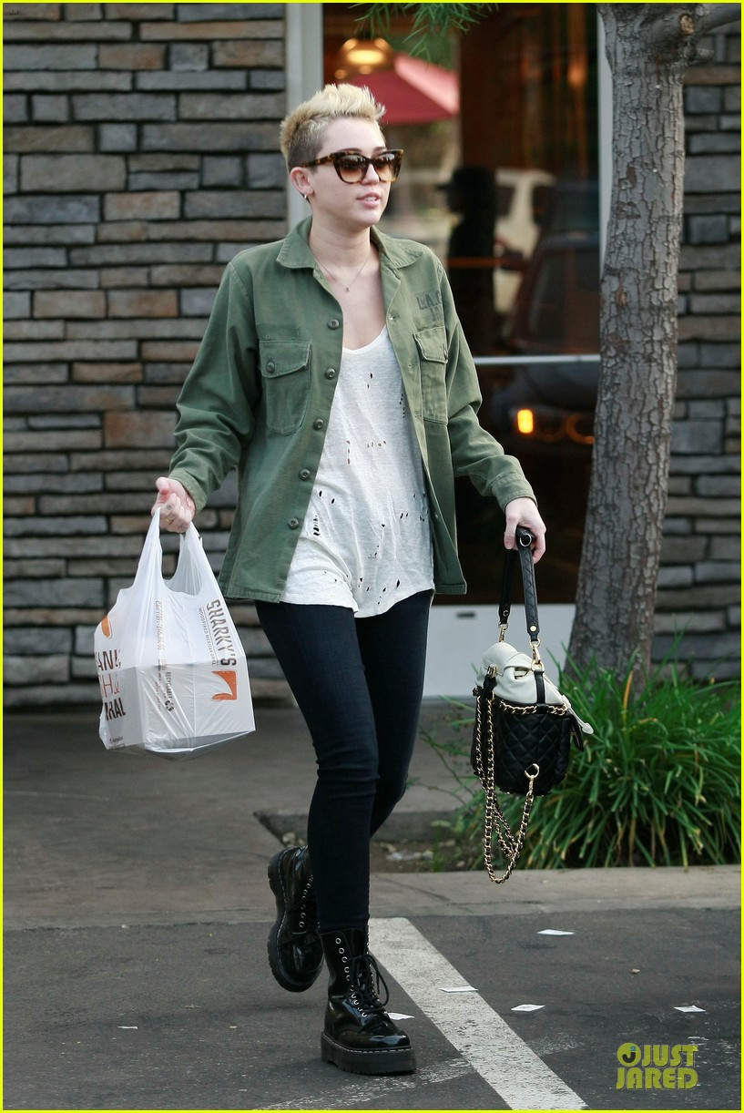 miley cyrus mexican food stop 012785345