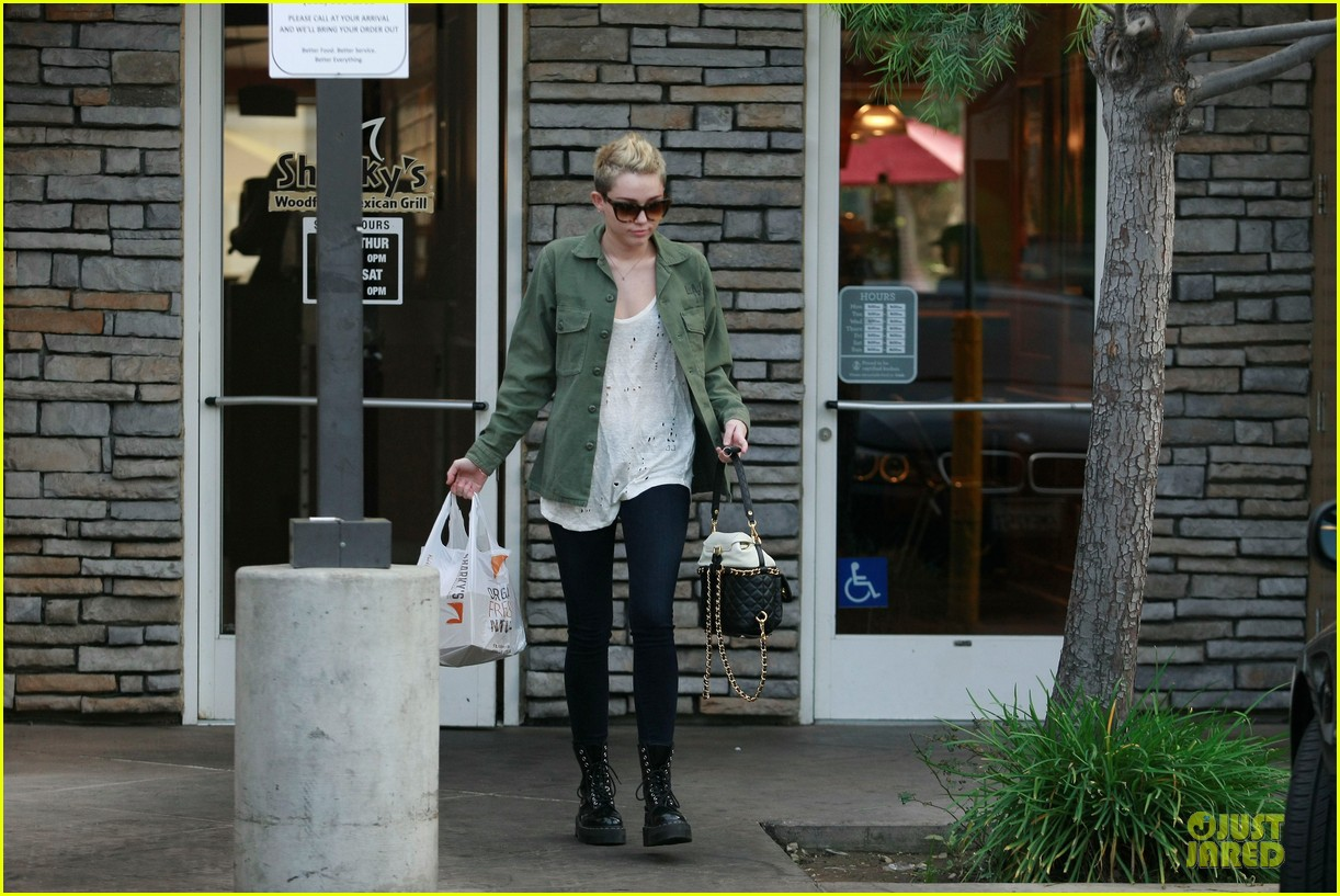 miley cyrus mexican food stop 062785350
