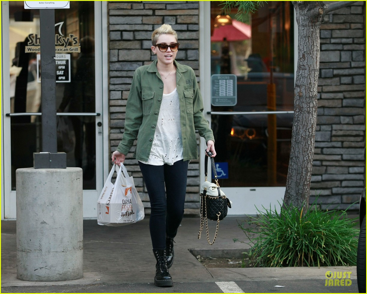 miley cyrus mexican food stop 072785351