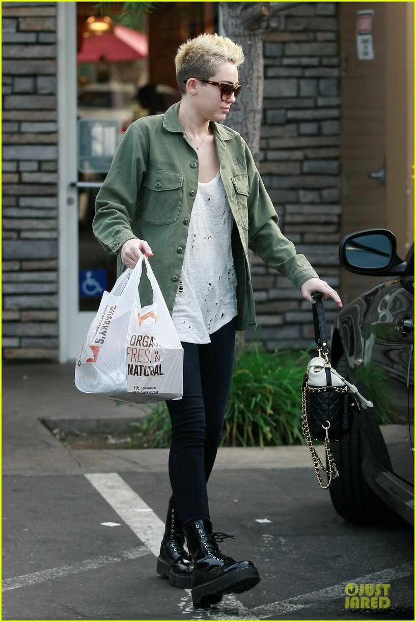 miley cyrus mexican food stop 09
