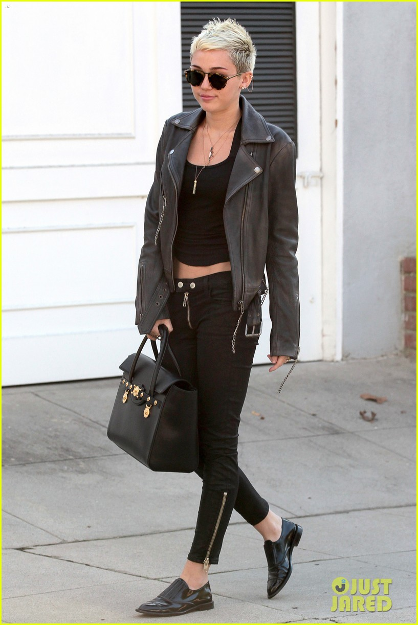 miley cyrus thumbs up for new record deal 032801697