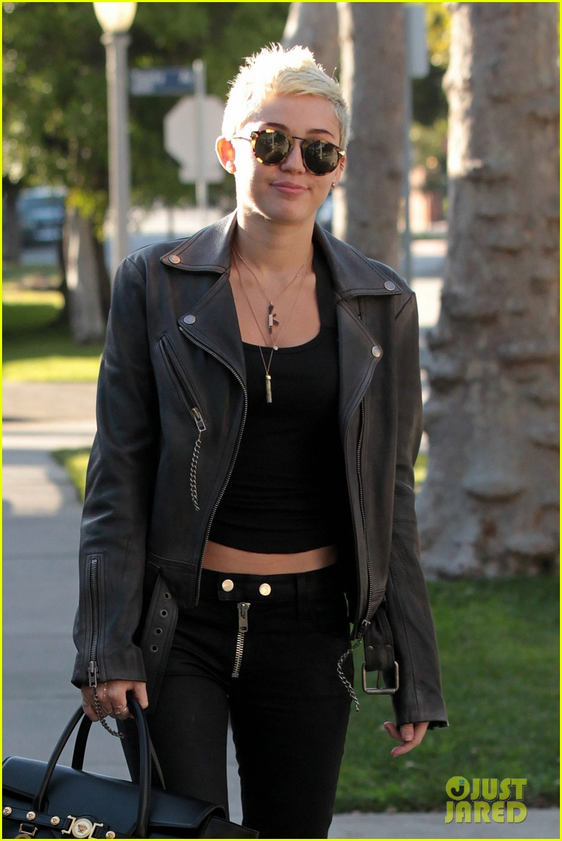 miley cyrus thumbs up for new record deal 04