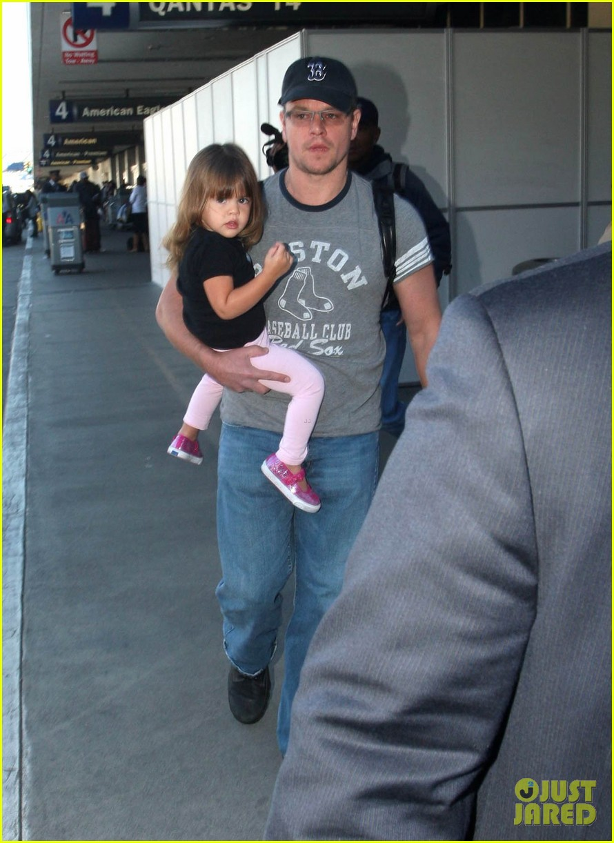 matt damon family lax arrival 03