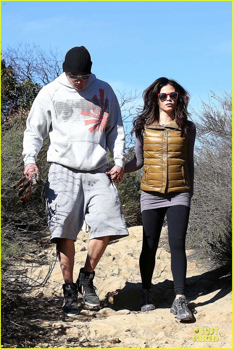 pregnant jenna dewan channing tatum hiking with the dogs 012792907
