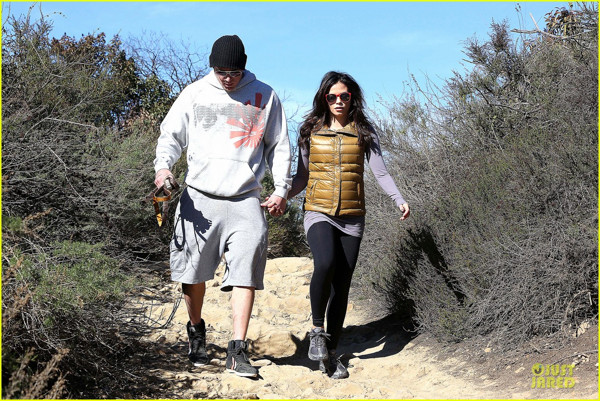 pregnant jenna dewan channing tatum hiking with the dogs 022792908