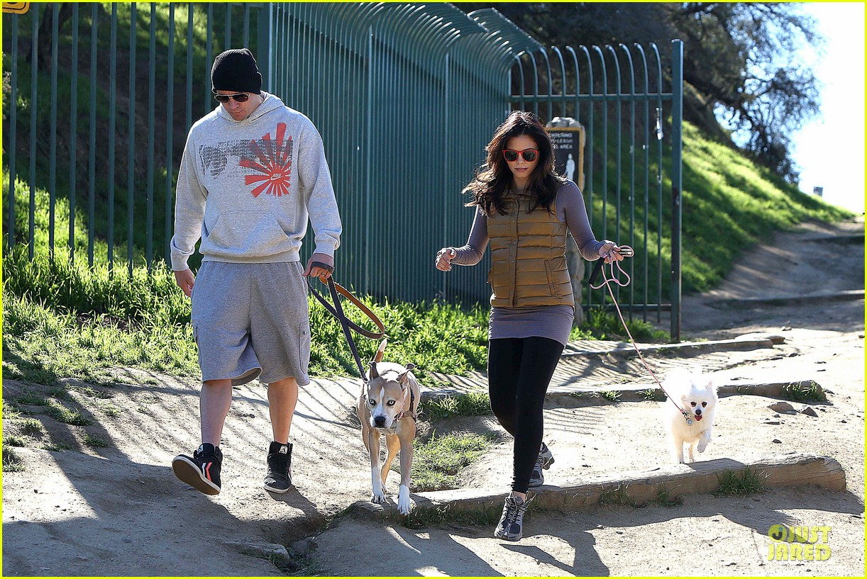 pregnant jenna dewan channing tatum hiking with the dogs 032792909