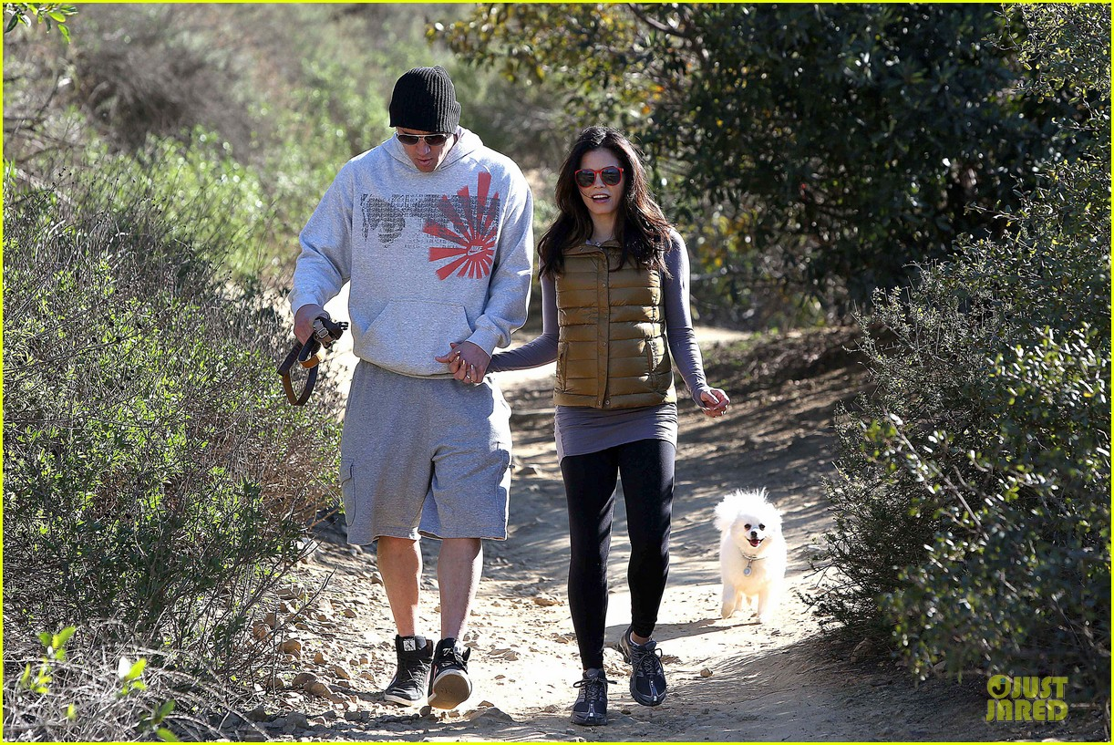 pregnant jenna dewan channing tatum hiking with the dogs 042792910