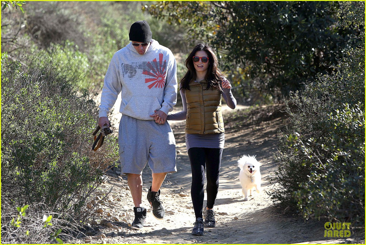 pregnant jenna dewan channing tatum hiking with the dogs 062792912