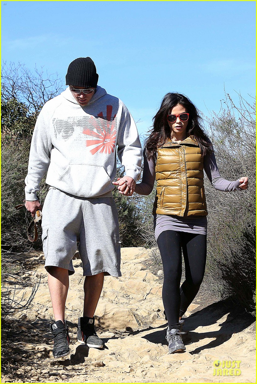 pregnant jenna dewan channing tatum hiking with the dogs 072792913