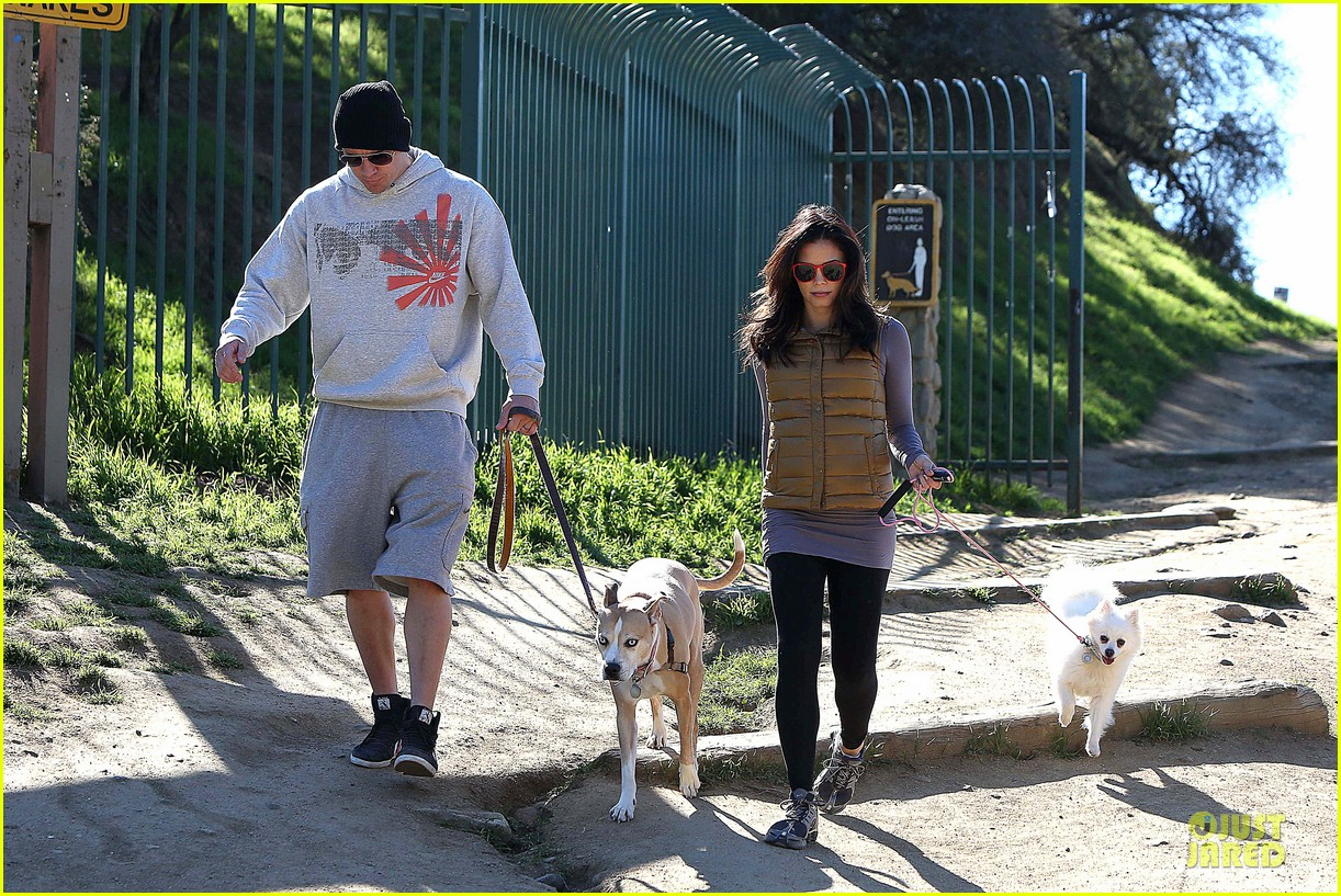pregnant jenna dewan channing tatum hiking with the dogs 082792914
