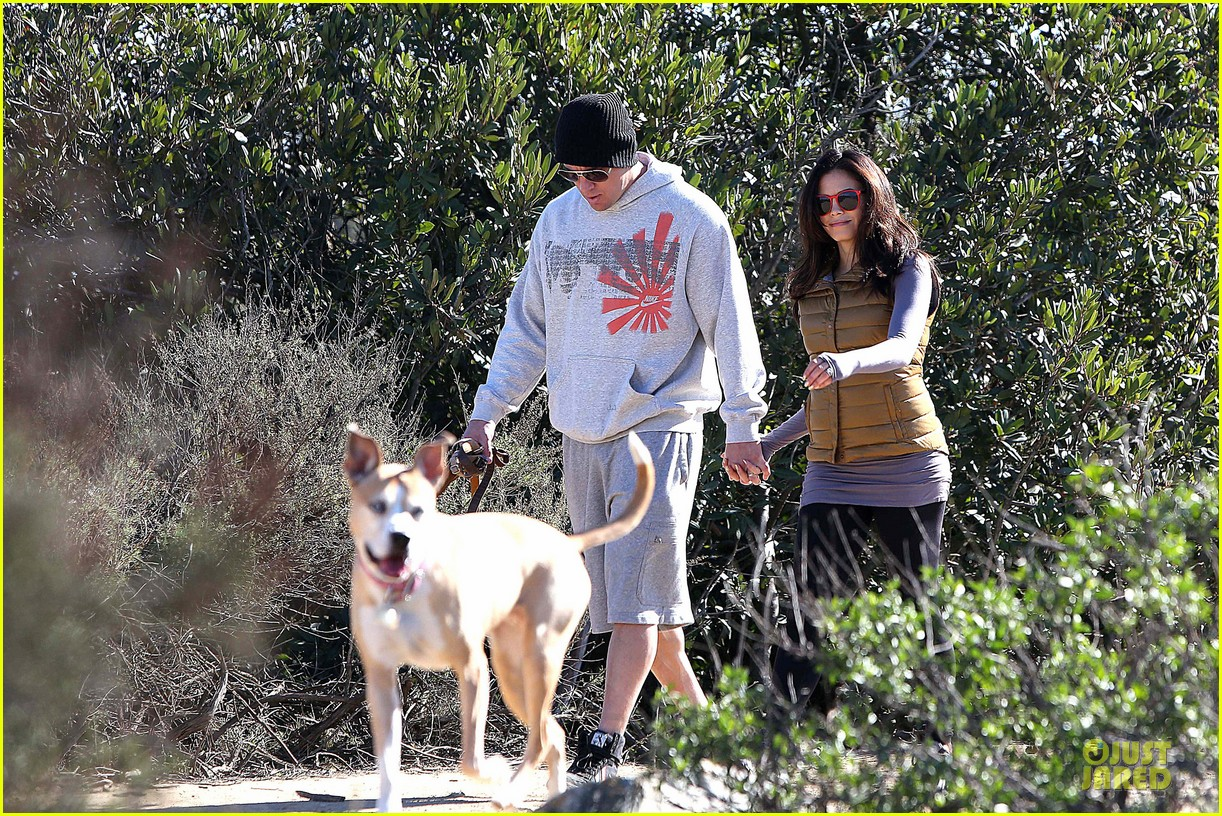 pregnant jenna dewan channing tatum hiking with the dogs 102792916