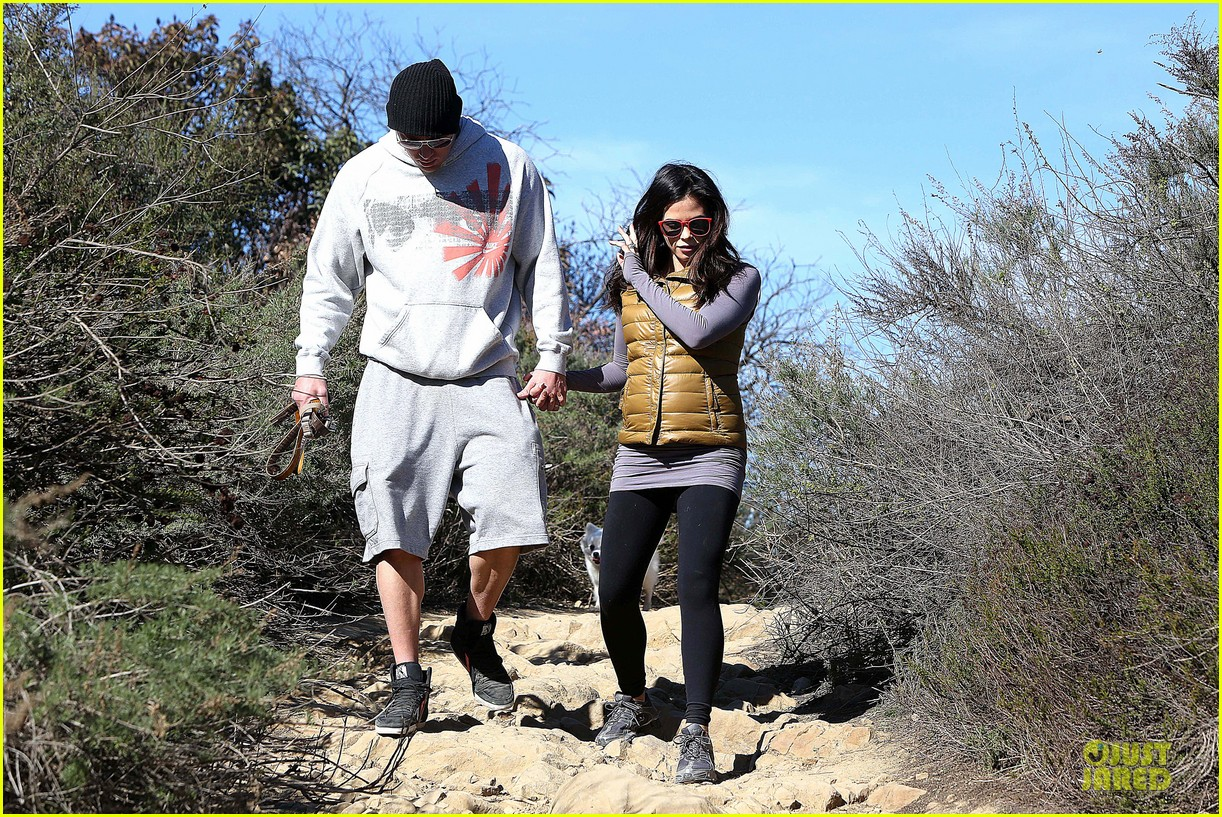 pregnant jenna dewan channing tatum hiking with the dogs 112792917