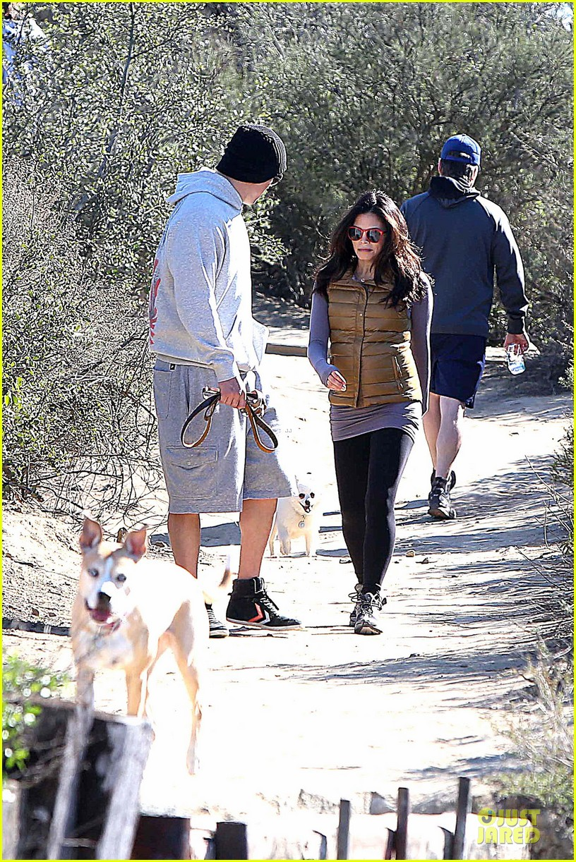 pregnant jenna dewan channing tatum hiking with the dogs 122792918