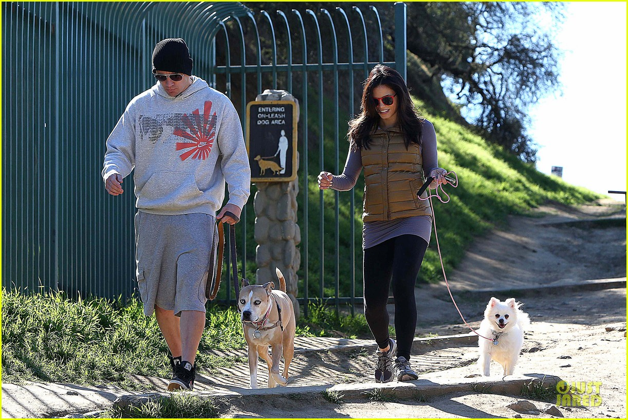 pregnant jenna dewan channing tatum hiking with the dogs 13