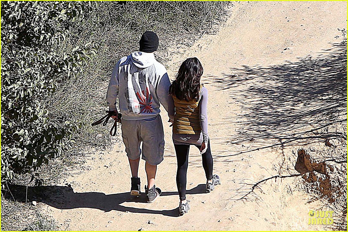 pregnant jenna dewan channing tatum hiking with the dogs 182792924