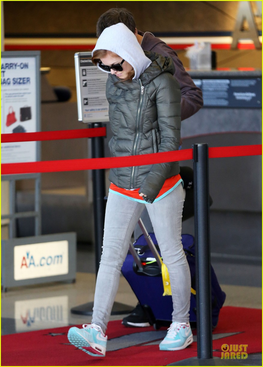 isla fisher post sag awards lax departure 052801047