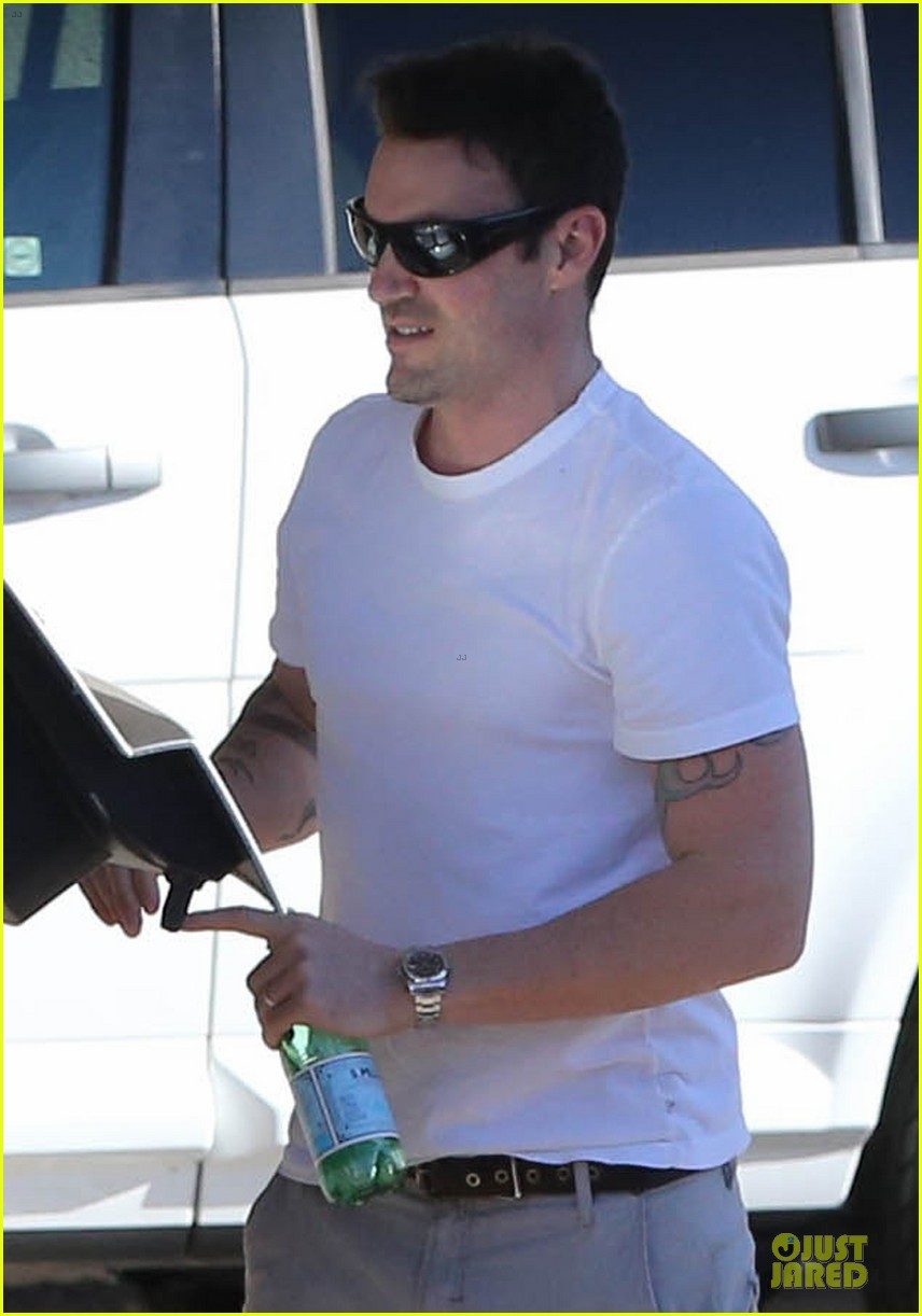 megan fox & brian austin green car dealership stop 04