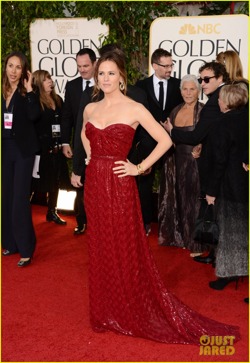 jennifer garner golden globes 2013 red carpet 102791233