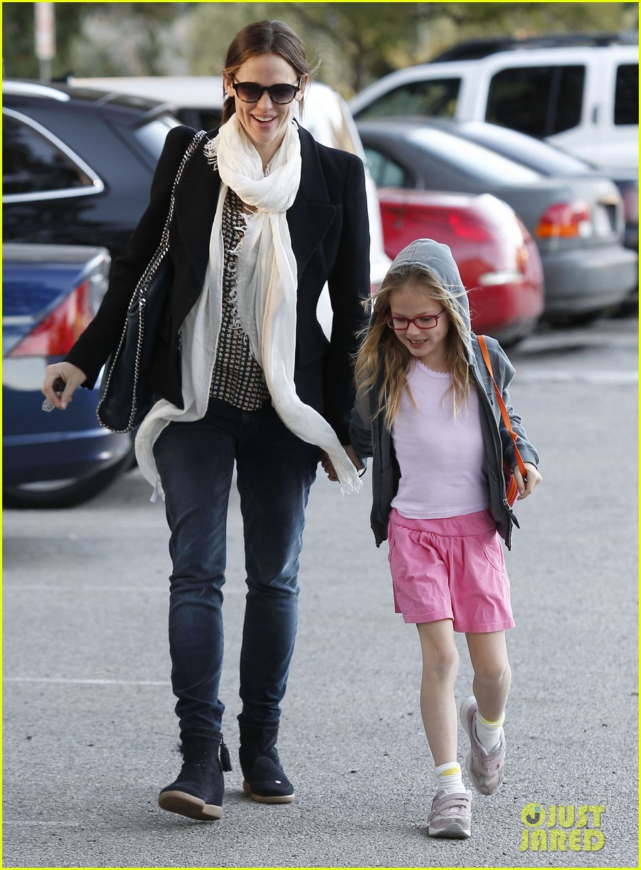 jennifer garner palisades park with violet 01
