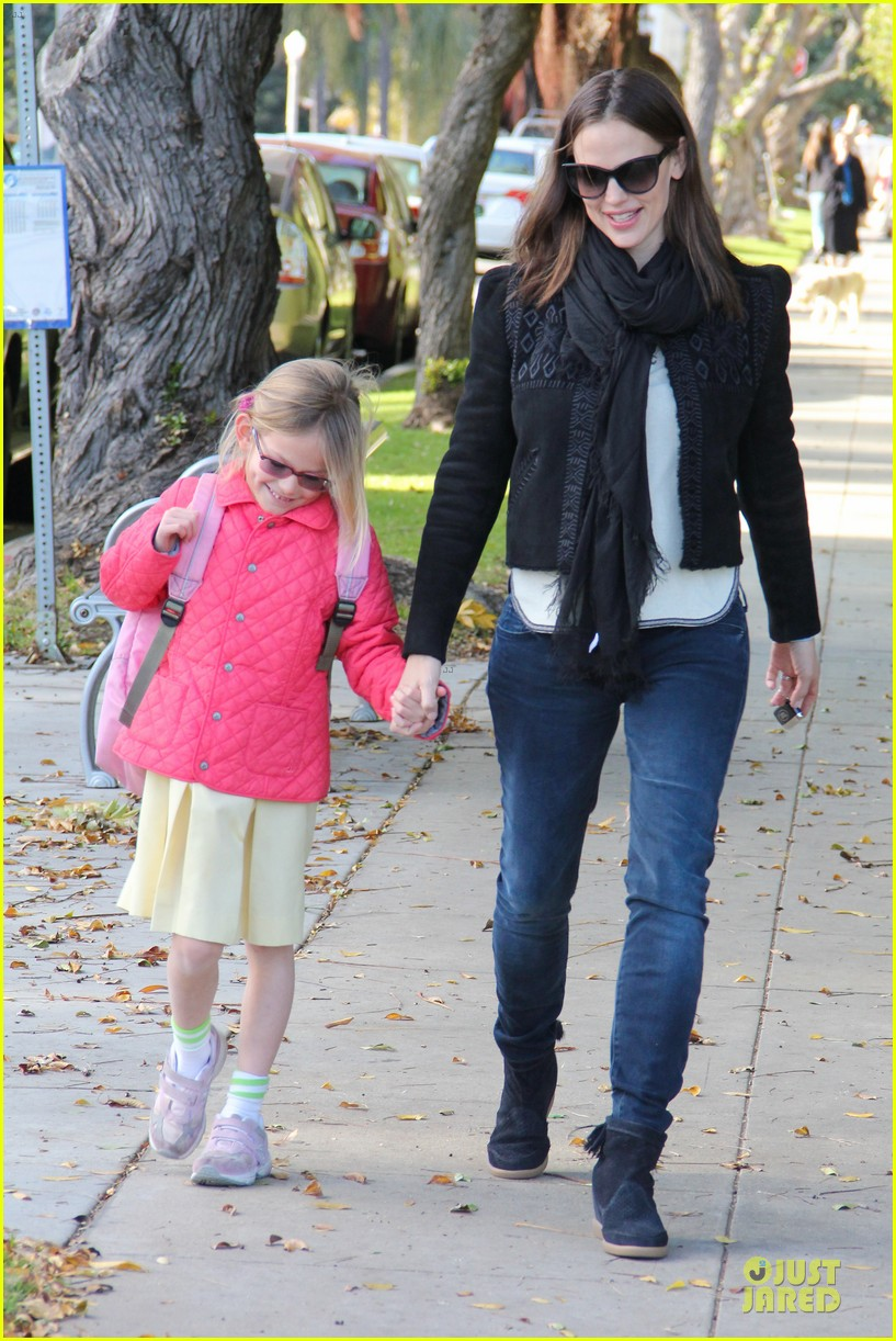 jennifer garner violet post golden globes yogurt stop 01