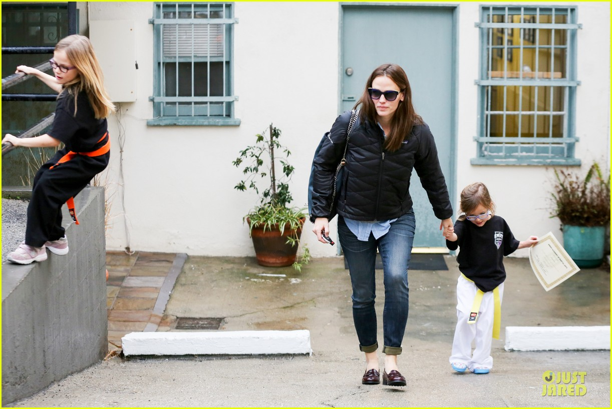 jennifer garner ben affleck rainy karate drop off 09
