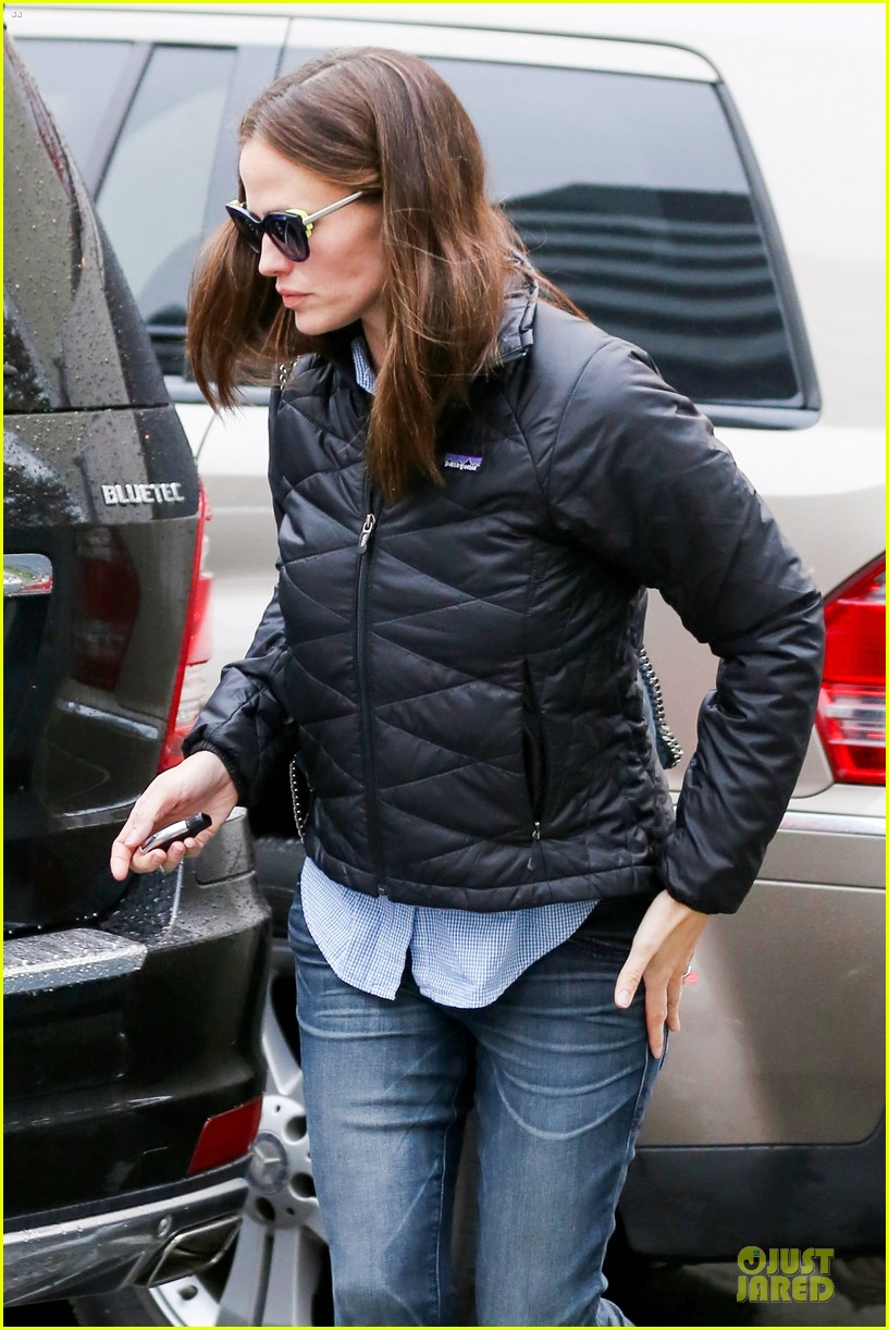 jennifer garner ben affleck rainy karate drop off 112798707