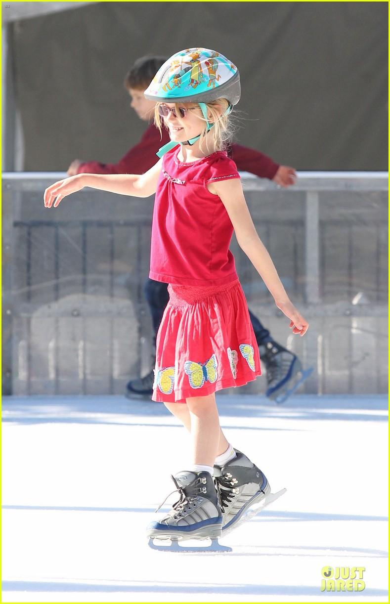 jennifer garner & ben affleck ice skating with the girls 102784830