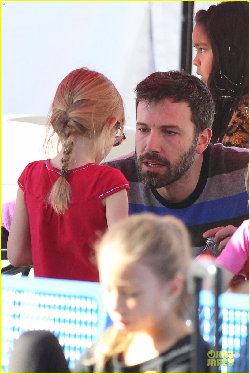 jennifer garner & ben affleck ice skating with the girls 27