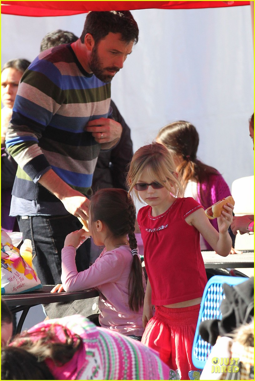 jennifer garner & ben affleck ice skating with the girls 30