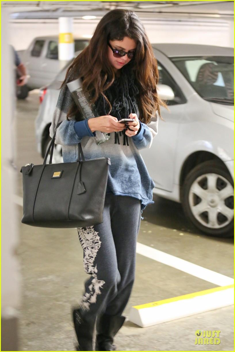 9047eea090 Selena Gomez  CVS Stop!  Photo 2792580