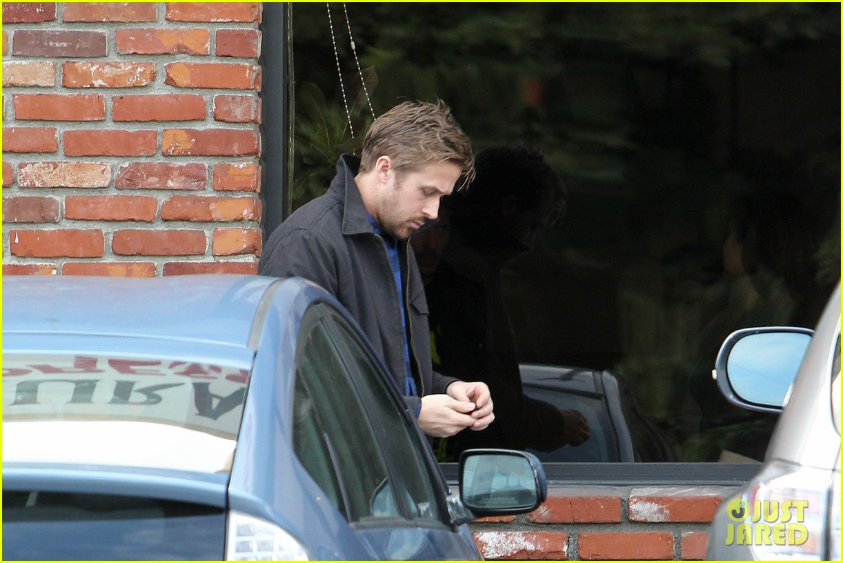 ryan gosling eva mendes separate food runs 04