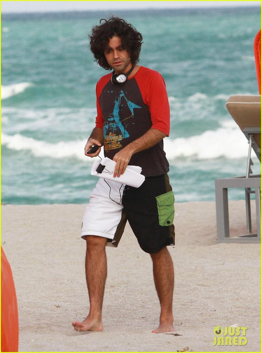adrian grenier shirtless beach reading 012790598